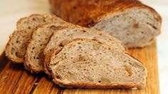 Fiken- og valnøttbrød er et brød som er spesielt godt til ost. Kanskje på tide å bytte ut kjeksen? No Bake Cake, Granola, Banana Bread, Recipies, Scones, Food And Drink, Vegetarian, Snacks, Baking