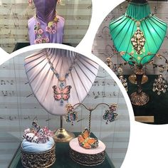 Seguindo a mesma lógica das peças de roupas as joias da Alta Gioielleria da @dolcegabbana seguem motivos lúdicos presentes nos figurinos das óperas do La Scalla. Desta vez animais esculpidos a perfeição esmaltados ou cravejados de diamantes vêm para se juntar aos já tradicionais cruzes corações flores e candelabros que são sucesso em todas as coleções. (Via @barbaramigliori) #voguenacouture #dgaltamoda #dolcegabbana #altamoda #altagioielleria  via VOGUE BRASIL MAGAZINE OFFICIAL INSTAGRAM…
