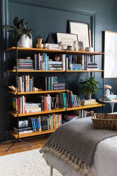How to Style Your Shelves Like an Interior Designer diy Interior design 10 Shelf Styling Tips from an Interior Designer San Francisco Apartment, San Francisco Houses, Bookshelf Styling, Bookshelf Design, Bookshelf Ideas, Shelves For Books, Homemade Bookshelves, Home Interior, Interior Styling
