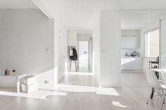 Kaunis valkoinen koti. Inarian liukuovet eteisessä sekä keittiön yläkaappina. #valkoinen #keittiö #liukuovet #eteinen Bathtub, Living Room, Interior Design, Bathroom, Home, Decoration, Photos, Standing Bath, Nest Design
