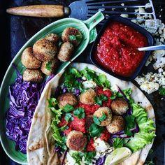 Indiska blomkålsbollar med kryddig tomatsås, koriander och rödkål – Tuvessonskan | Enkel vegetarisk mat