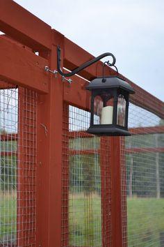 Solcellsbelysning i lanternor på hönsgården? Snyggt!