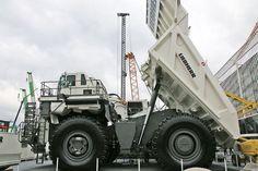 Liebherr T 264 Muldenkipper auf der Bauma 2016: Der Koloss von Riem (Bildergalerie, Bild 16) - Auto Motor und Sport Fertig. Der T 264 ist funktionsfähig und reckt seine Ladefläche 14 Meter hoch in den Himmel.