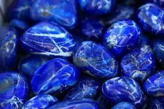 Lapizlazuli: Desbloquea las emociones, libera la intuición y ayuda a la conciencia a alcanzar su propio poder. Considerada como la piedra del poder, sabiduría y realeza. En meditación facilita el camino de la sabiduría y equilibra los momentos de incertidumbre y escepticismo.
