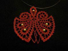 Moderna klekljana ogrlica (pikapolonica) iz idrijske čipke s perlami