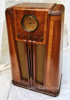 Diy Wood Projects, Wood Crafts, Antique Radio Cabinet, Retro Radios, Art Deco Furniture, Funny Art, Clock, Abandoned Castles, Abandoned Mansions