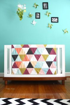 Gender neutral crib bedding ideas: Strong turquoise with accent colos. also love the quilt Neutral Baby Quilt, Gender Neutral Baby, Nursery Neutral, Neutral Nurseries, Quilt Baby, Minky Baby Blanket, Modern Nursery Decor, Modern Bedding, Modern Crib