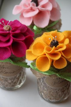 Picture Wedding Centerpieces, Simple Centerpieces, Diy Wedding Decorations, Yarn Flowers, Paper Flowers, Arrangements D'hortensia, Seed Wedding Favors, Wildflower Seeds, Felt Ornaments