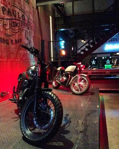 """""""Hoje é sexta feira""""!!!!!!! Dia de relaxar e curtir bons momentos ao lado de amigos. Melhor ainda se for num local lindo e descolado como o @johnnie_wash que desde 2005 reune em um só lugar o conceito de """"All in one place"""". É um custom shop pioneiro no segmento de motocicletas no Brasil contando ainda com uma barbearia  e um bar mega lindo e cheio de delícias.  O Johnnie Wash é especializado em projetos de customizacão exclusivos e personalizados e serviços diferenciados para você e sua…"""