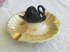 WEMBLEY WARE BLACK SWAN SITTING IN MIDDLE LUSTRE STUNNING ASHTRAY VINTAGE RETRO