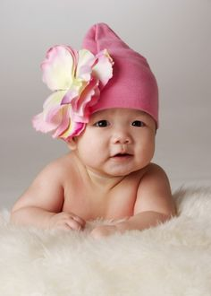 Baby in cute pink hat Anne Geddes, Cute Little Baby, Baby Love, Little Ones, Little Girls, Cute Kids, Cute Babies, Baby Kids, Cute Baby Pictures