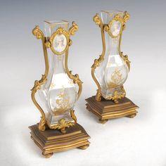 Par de vasos franceses do sec.19th com aplicacoes em bronze gilded a ouro, 26,5cm de altura, 2,270 USD / 1,990 EUROS / 8,110 REAIS / 14,610 CHINESE YUAN soulcariocantiques.tictail.com