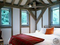 Oak framed cosy bedroom by Carpenter Oak Ltd. Cosy Bedroom, Bedroom Decor, Bedroom Ideas, Oak Framed Extensions, Oak Frame House, House By The Sea, Timber Frame Homes, New Builds, Carpenter
