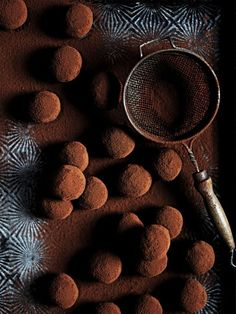 rum and raisin truffles from donna hay magazine issue Celebrate - Easy Dessert Recipes Chocolate Shop, Chocolate Truffles, Chocolate Lovers, Chocolate Recipes, Rum Truffles, Raw Chocolate, Healthy Chocolate, Candy Recipes, Sweet Recipes