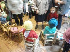 Niños junto a los abuelos jugando.