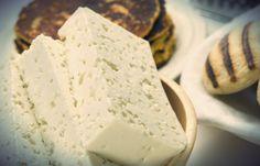 En Venezuela existe una gran diversidad de quesos que para muchos es una gran exquisitez poder deleitar su paladar con un trozo de queso hecho en Venezuela; desde el paisa, guayanés, de mano, telita, llanero, entre muchos otros que se han convertido en un producto típico de este territorio y que hoy por hoy resaltan en nuestra gastronomía.  Tal vez te interese: La arepa: es el pan de cada día de los venezolanos Pero muchas veces no tenemos ni idea como son realizados estos productos que…