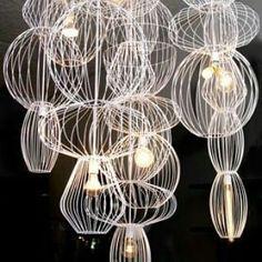 Estas é a luminária Meta Tresna. Distribuída  na América pela Commute Design.