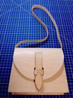 Handmade leather a handbag for a girl by Brano Klocan LEATHERCRAFT  Ručne šitá kožená dievčenská taška Leather Craft, Saddle Bags, Fashion, Leather Crafts, Moda, Fasion