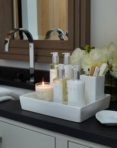 Badezimmer Haus Alpina - Klosters - The White Company - Chrissy Rucker - Humphrey Munson Bl. Bathroom Countertop Storage, Bathroom Counter Decor, Spa Bathroom Decor, Bathroom Staging, Bathroom Trays, Bathroom Candles, Bathroom Hacks, Remodel Bathroom, Bathroom Lighting