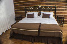 El respaldo de cama y veladores están hechos con antiguos catres de fierro.
