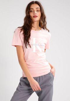 Calvin Klein Jeans. SHRUNKEN TRUE ICON  - T-shirt print - rose. Materiaal buitenlaag:100% katoen. Pasvorm:normaal. Halslijn:ronde hals. wasvoorschrift:machinewas tot 40°C,programma voor fijne was. materiaalverwerking:jersey. Totale lengte:64 cm bij maat S. patr...