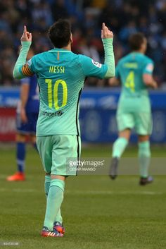Barcelona's Argentinian forward Lionel Messi celebrates after scoring during the Spanish league football match Deportivo Alaves vs FC Barcelona at the Mendizorroza stadium in Vitoria on Feburary 11, 2017. / AFP / CESAR