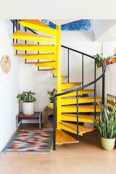 Nos encanta el toque de color que aporta a la estancia #yellow #upstairs