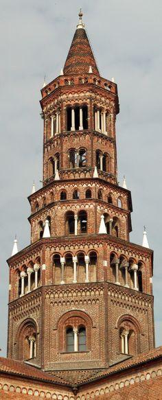 La torre nolare sale partendo dal tiburio, a un'altezza di 9 metri, con due sezioni di forma ottagonale, di 4,14 metri la prima e di 12,19 la seconda, per poi diventare di forma conica per 11,97 metri. Da qui alla fine della croce, posta su di un mappamondo, si raggiunge l'altezza di 56,26 metri.