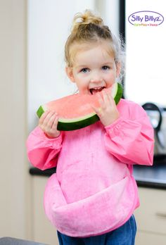 The Silly Billyz Messy Eater bib has a unique clip up pocket so you can catch any crumbs that may fall! #sillybillyz
