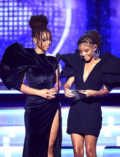 Chloe Bailey Photos - Chloe Bailey (L) and Halle Bailey of Chloe x Halle speak onstage during the Annual GRAMMY Awards at Staples Center on February 10 2019 in Los Angeles California. Dreadlock Styles, Dreads Styles, Black Is Beautiful, Beautiful People, Chloe Halle, Dreads Girl, Black Girls Hairstyles, Kid Hairstyles, Doja Cat