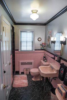 vintage-retro-pink-and-black-bathroom. Yup that retro pink! Pink Bathroom Vintage, Pink Bathroom Tiles, Pink Tiles, Vintage Bathrooms, Grey Bathrooms, Vintage Pink, Bathroom Ideas, Feminine Bathroom, 50s Bathroom