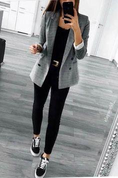 Calça preta, blazer alongado com estampa xadrez e tênis vans old skool