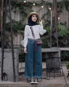 Chic Ways To Wear Denim Culottes For Hijab Style – Hijab Fashion 2020 Modern Hijab Fashion, Hijab Fashion Inspiration, Muslim Fashion, Denim Fashion, Fashion Outfits, Hijab Fashion Summer, Converse Fashion, Ootd Fashion, Trendy Fashion
