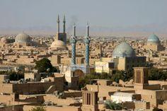 Iran: Uitzicht van af het Amir Chakmaq complex over de Hazireh Moskee, Borgheh-ye Seyed Roknaddin, Jameh Moskee tot aan de bergen ten noordoosten van de Iranese stad Yazd.