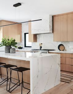 "Sandra Fox finishes off a contemporary home in Pacific Palisades with a sleek and inviting kitchen ""The most important thing … Home Decor Kitchen, New Kitchen, Home Kitchens, Kitchen Dining, Island Kitchen, Small Kitchens, Kitchen Aide, Kitchen Modern, Kitchen With White Countertops"