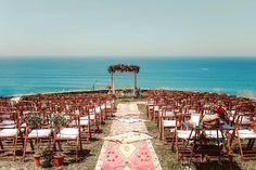 Caminos hacia el altar muy especiales, siempre se pueden adaptar a la temática de la boda. #altar #ceremonias #caminosceremonias #bodas #alfombras #alfombrasbereberes #bereber #alfombrasexclusivas Organización y Decoración: Berezi Moments