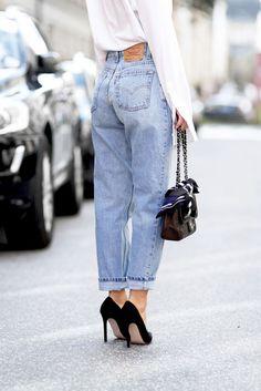 Há um tempo atrás, os jeans skinnys dominavam os nossos corações. E não que ele tenha deixado de ter um espaço nos nossos guarda roupas, mas a gente se apegou a um modelo que tem tudo a ver com a vibes 90's que estamos vivendo agora: o mom jeans.  Sim, o nome veio dos jeans das moças dos anos 90 e que hoje são mamães. Com cintura alta e modelagem mais larguinha: estamos completamente viciadxs. Seja comprando em lojinha fast fashion da vida ou tentando garimpar em um brechó, a gente só quer…