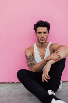 Photographer Kara Nixon captures the Spanish Top-Model Diego Barrueco at Two Management in the sunny Californian streets of Los Angeles. Diego poses at the Paul Smith' pink wall at Melrose Av… Poses Pour Photoshoot, Men Photoshoot, Male Models Poses, Male Poses, Guy Models, Male Model Photos, Boy Poses, Photography Poses For Men, Male Fashion Photography