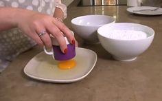 Les meilleures recettes de cuisine sont simples et vite faites! Donc celle-ci saura vous plaire à coup sûr ! Seulement deux ingrédients sont nécessaires pour la réaliser : un blanc d'oeuf et 300 GR de sucre à glacer. On mélange le tout et on forme 4 petites boules, puis on insère le tout au micro-ondes …
