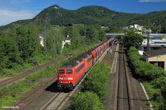 Kult-Baureihe 151. Nie war sie so wertvoll wie heute. 118 Tonnen schwer, maximal 120 Stundenkilometer schnell, mit einer Leistung von 8551 PS ausgestattet, besticht der Sechsachser im schweren Güterzugdienst. Am 10. Juni 2017 ist 151 058 die führende Lok, als mehrere 1000 Tonnen Kohle durch den Bahnhof von Bad Honnef rollen. Die Lok wurde 1974 von Henschel unter der Werknummer 31801 gebaut und für den Betriebsdienst am 15.07.1974 abgenommen. Ihre letzte Hauptuntersuchung erhielt 151 058 mit…