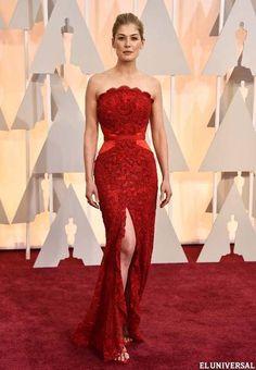 Exquisito el Givenchy rojo, con tacones del mismo tono que la actriz Rosamund Pike eligió para la ceremonia (AP)