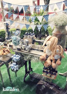 www.kamalion.com.mx - Mesa de Dulces / Candy Bar / Postres / Evento / Blanco & Azul / White & Blue / Vintage / Rustic Decor / Dulces / Máquina de coser / Sewing Machine / Lecheros / Maletas / Bautizo / It's a boy / Rabbits / Conejos.