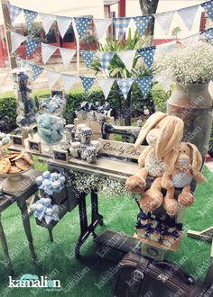 www.kamalion.com.mx - Mesa de Dulces / Candy Bar / Postres / Evento / Blanco & Azul / White & Blue / Vintage / Rustic Decor / Dulces / Máquina de coser / Sewing Machine / Lecheros / Maletas / Bautizo / It's a boy / Rabbits / Conejos.