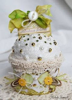 Tutorial to make this gorgeous paper cupcake.  Could be a snow ball for Christmas.