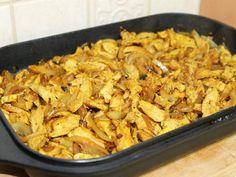 מתכון חזה עוף בסגנון שווארמה, חתיכות חזה עוף צרוב על מחבת פסים בתוספת בצל מטוגן ובתיבול כמון וכורכום שכיף לאכול בתוך פיתה ממש כמו שווארמה