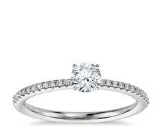 Anillo de compromiso pequeño con micropavé de diamantes en oro blanco de 14k (1/10 qt. total)