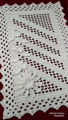 Tapete vertical Destaque na for faltou 😄 This Pin was discovered by Sto Arquivo PDF com o seguinte pas Crochet And Knitting Mega Combo Crochê e Amigurumi Crochet Table Runner Pattern, Crochet Doily Patterns, Crochet Tablecloth, Crochet Diagram, Crochet Motif, Crochet Designs, Crochet Doilies, Crochet Stitches, Free Crochet