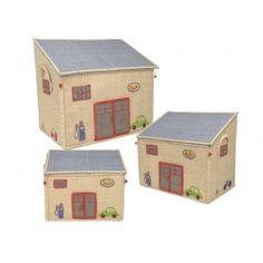 Krimskramskiste in Autowerkstattform von RICE. Größe der großen Kiste: 54 x 44 x 34 cm, Größe der mittleren Kiste: 47 x 39 x 29 cm, Größe der kleinen Kiste: 40 x 33 x 25 cm. Alle 3 Größen passen perfekt ineinander. Alle Größen sind jeweils einzeln bestellbar, das 3er-Set enthält je eine kleine, mittlere und große Kiste. Der besondere Clou dieser Spielzeugkiste von RICE ist das aufklappbare Dach der Garage. Um die Kiste mit Spielzeug oder allerlei Krimskrams zu befüllen einfach umklappen und…