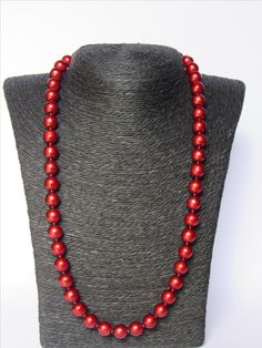 Glass pearls (red) with rocailles in between. Hip and stylish at the same time!