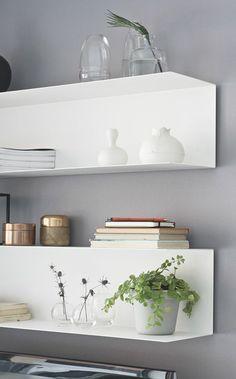 Wandgestaltung mit offenen Regalen in Weiß